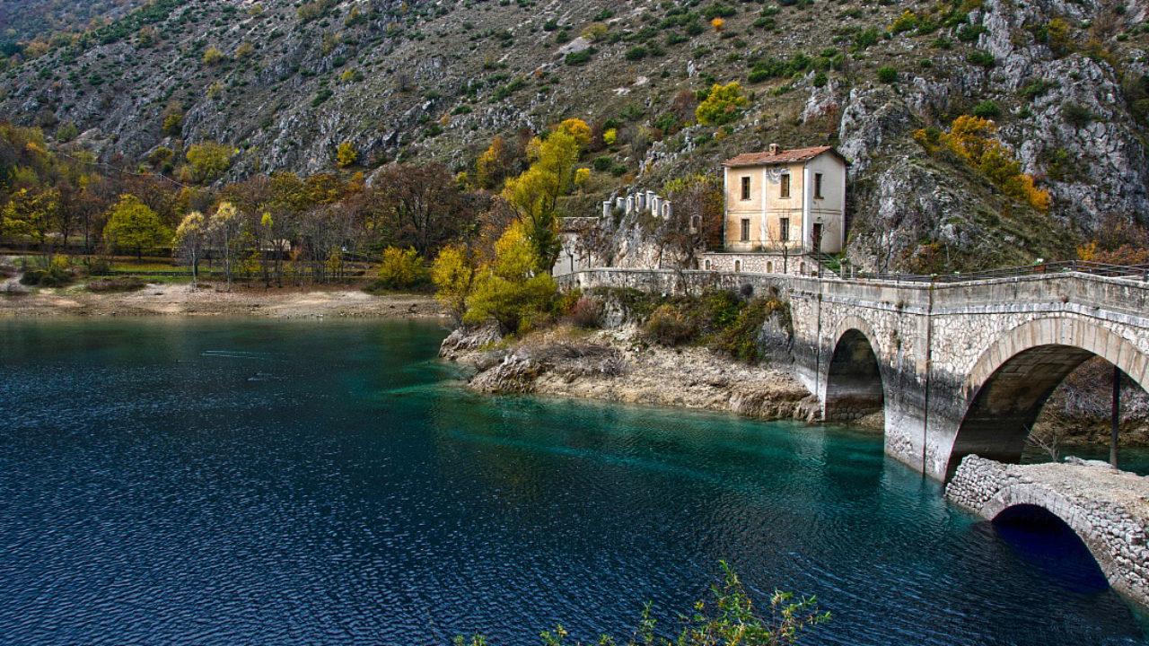 Il lago di San Domenico e l'eremo