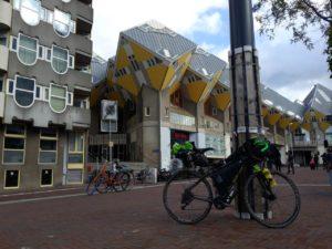 La Fargonautilus in posa dinanzi alle Case Cubiche a Rotterdam